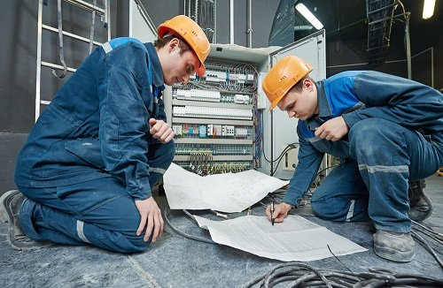 Identifying Problems Before Calling An Emergency Electrician